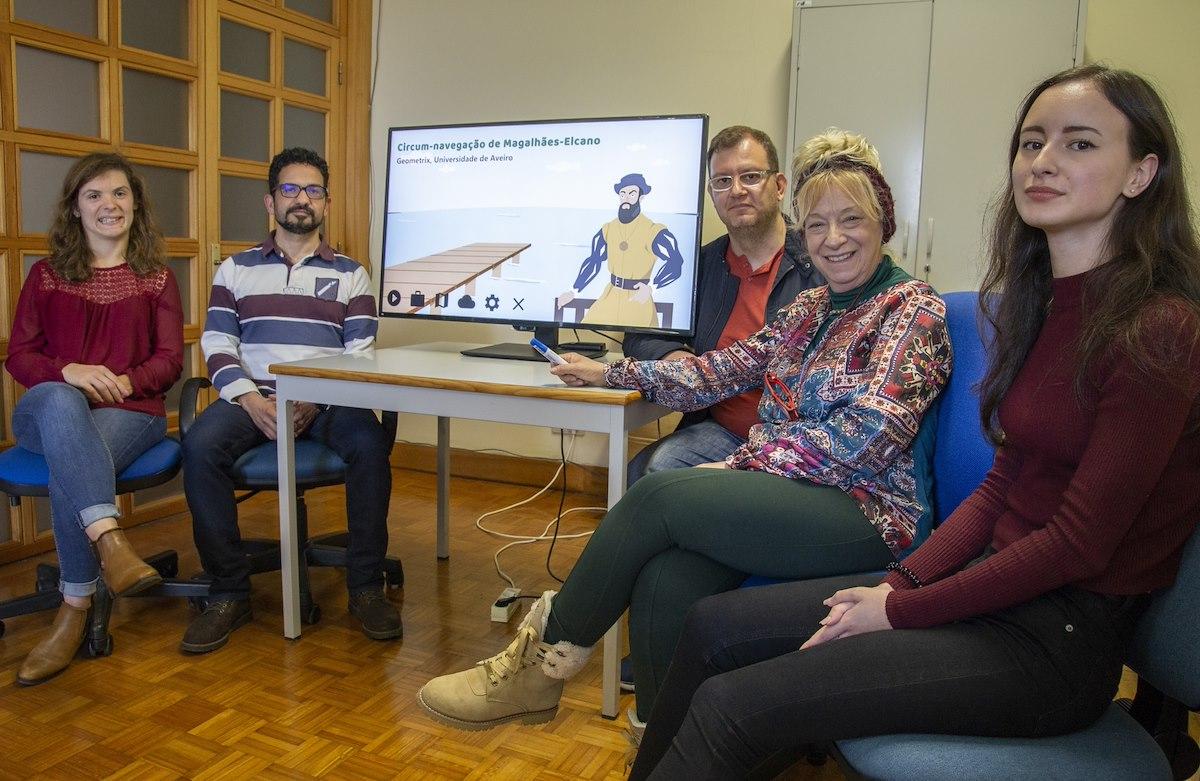 A equipa que desenvolve o jogo sobre a viagem de circum-navegação (da esq. para a dta.): Isabel Santos, Eugénio Rocha, Pedro Barros, Ana Breda, Raquel Afonso